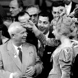 Bob Henriques, California. Hollywood. The Soviet premier Nikita KHRUSHCHEV is touched by the actress Shirley MACLAINE during his US tour. 1959.